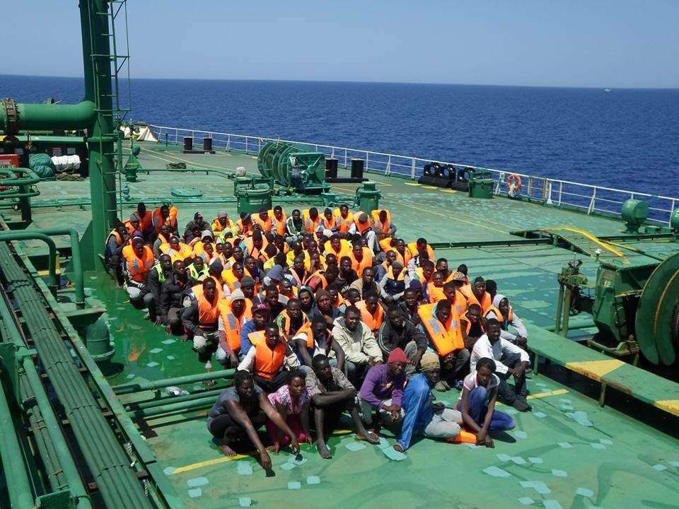 Μετανάστες που συλλέγονται από τη θάλασσα