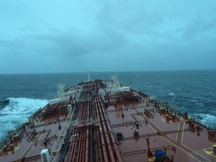 άδειο εμπορικό πλοίο με λίγο κύμα