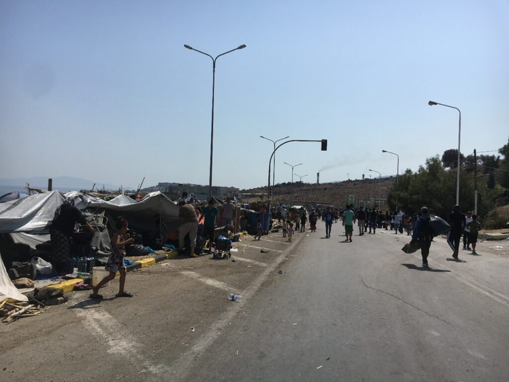 Άστεγος πληθυσμός κοντά στο ΚΥΤ της Μόριας, 2ο χλμ Μυτιλήνης Θέρμης_zvoura.gr