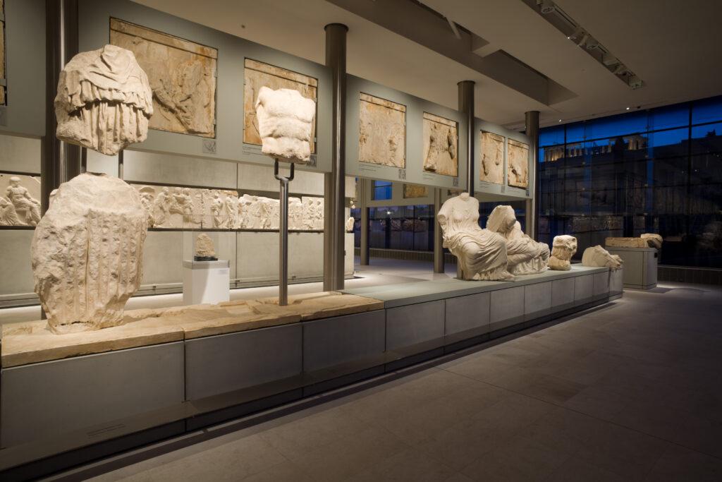 Ανατολικό αέτωμα. Συνδυασμός των αυθεντικών γλυπτών με τα γύψινα αντίγραφα αυτών που βρίσκονται στο Βρετανικό Μουσείο © Μουσείο Ακρόπολης. Φωτογραφία Νίκος Δανιηλίδης