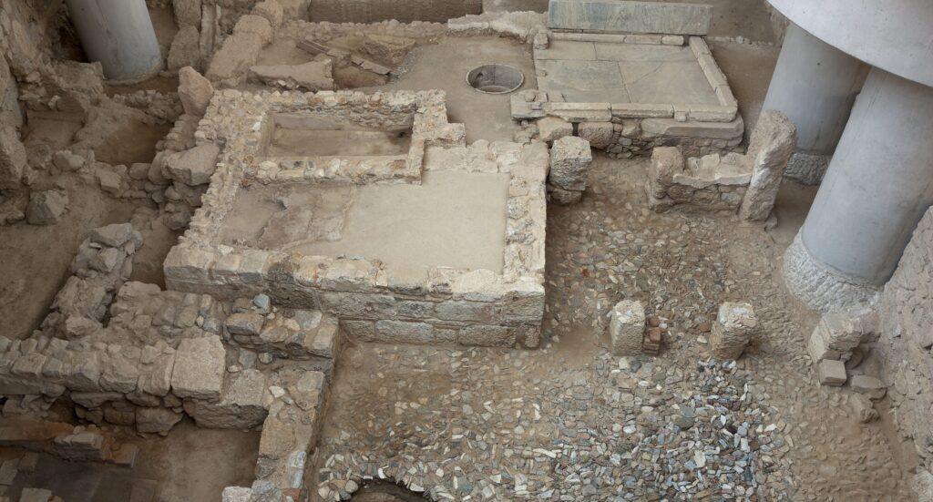 Τα κατάλοιπα μικρού ιδιωτικού λουτρού (2ος αι. μ.Χ.) © Μουσείο Ακρόπολης. Φωτογραφία Σωκράτης Μαυρομμάτης