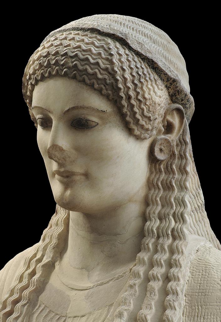 Λεπτομέρεια Κόρης με ιδιαίτερα περίτεχνη κόμμωση και εκφραστικά χαρακτηριστικά, τονισμένα με χρώμα. Γύρω στο 490 π.Χ. (Ακρ. 684) © Μουσείο Ακρόπολης. Φωτογραφία Σωκράτης Μαυρομμάτης