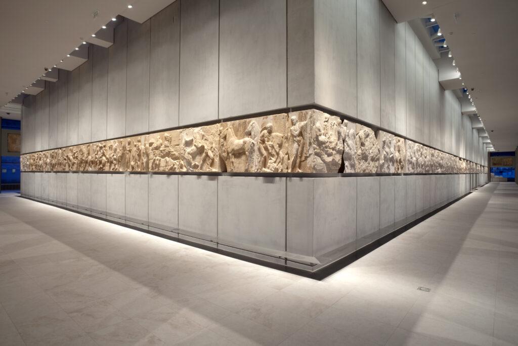 Η νοτιοδυτική γωνία της ζωφόρου, από την οποία ξεκινούν τα δύο σκέλη της πομπής των Παναθηναίων © Μουσείο Ακρόπολης. Φωτογραφία Νίκος Δανιηλίδης