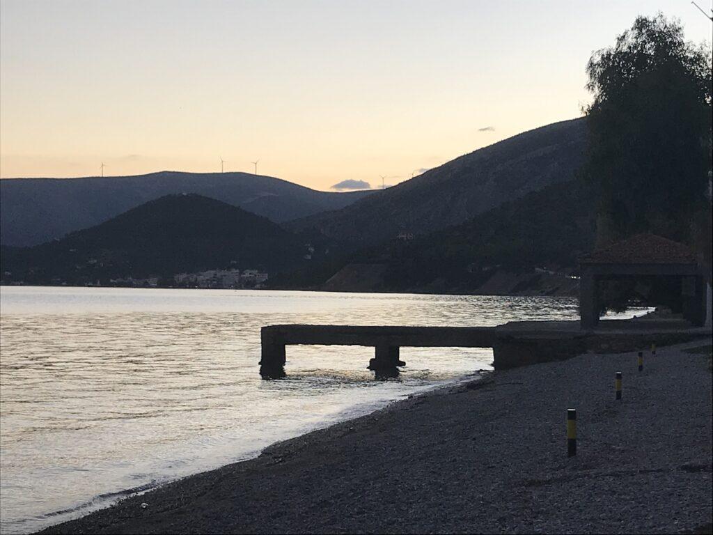 Έρημη παραλία στον Κορινθιακό_zvoura.gr