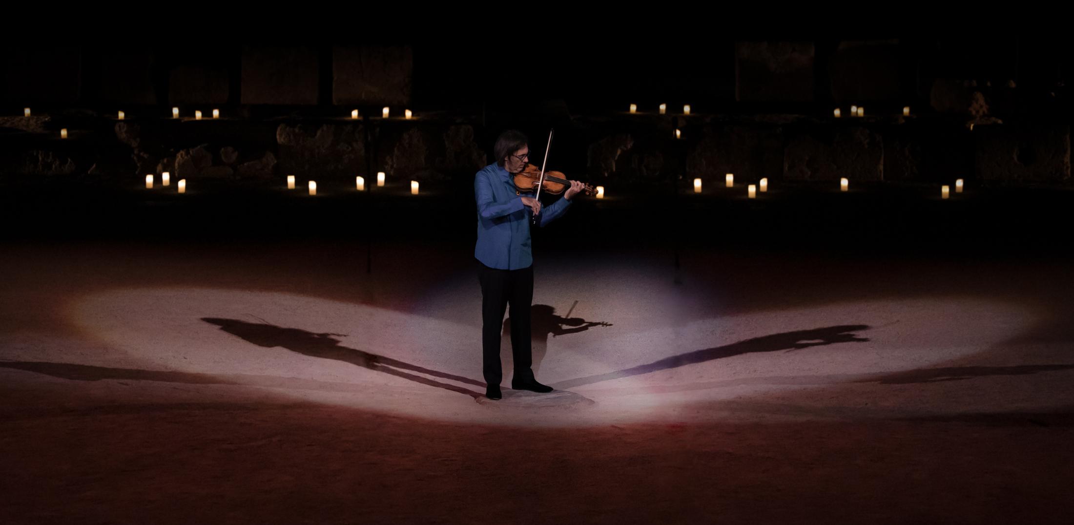 Πρωτοχρονιάτικη προβολή Ο Λεωνίδας Καβάκος ερμηνεύει Bach στην Επίδαυρο_zvoura.gr