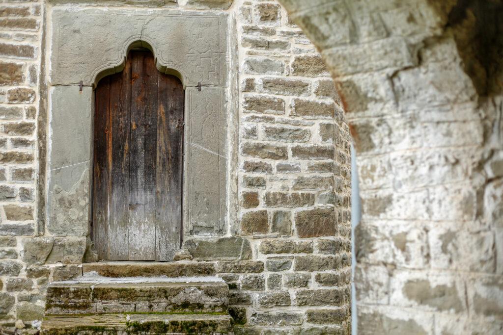 Χωριό Νεγάδες Άγιος Γεώργιος είσοδος καμπαναριού Αγίου Γεωργίου_ zvoura.gr