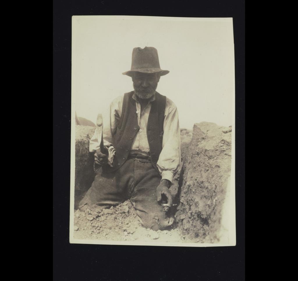 Μυκήνες, Ιούνιος 1921. Ο Μανώλης Χατζηπέτρου από τη Νάξο.