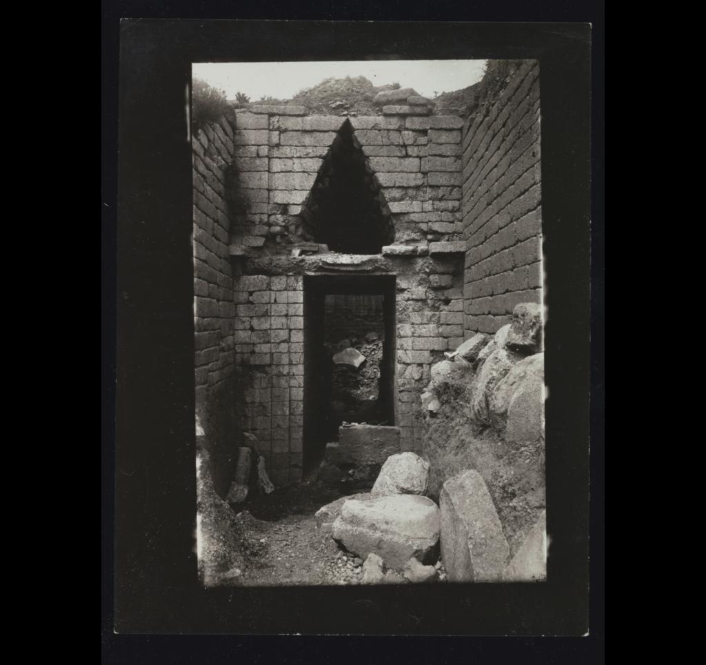 Η είσοδος του θολωτού τάφου της Κλυταιμνήστρας το 1890
